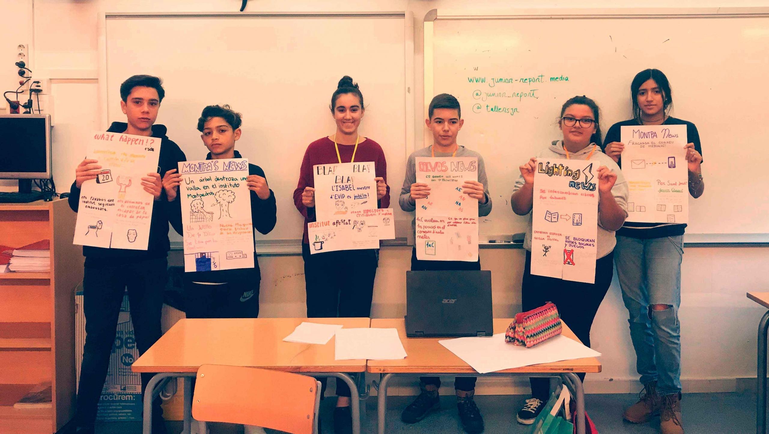 Alumnos enseñando una portada