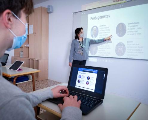 Profesora en el aula explicando la Noticia del día de Junior Report