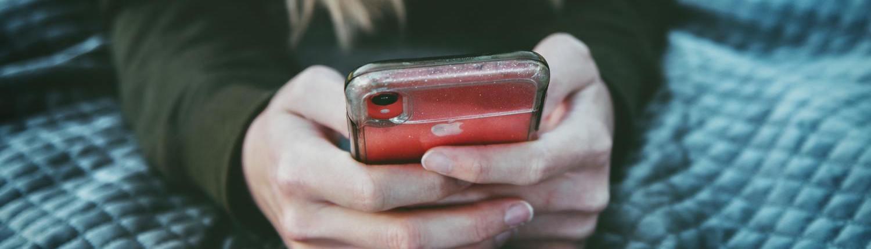 Fotografia d'una dona amb iPhone