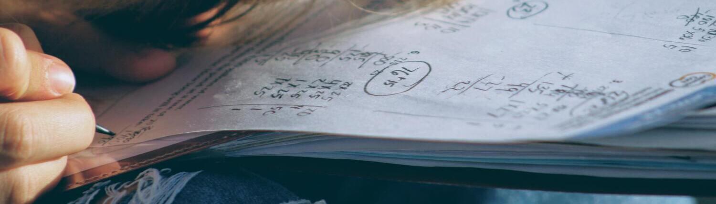 Fotografía de una persona resolviendo operaciones matemáticas
