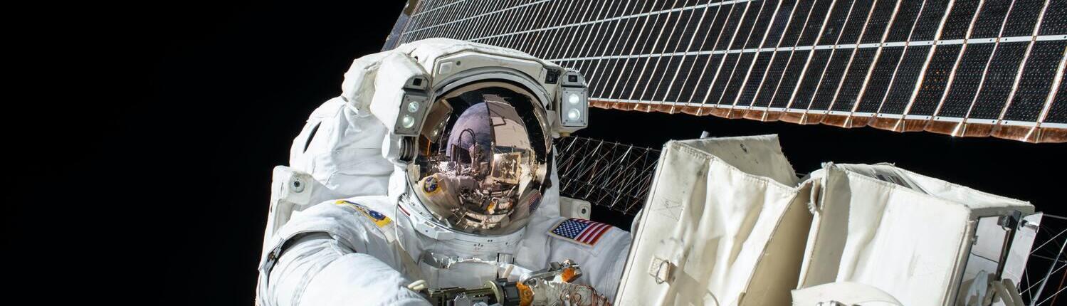 Fotografía de un astronauta americano en una estación espacial
