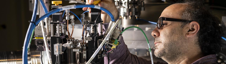Fotografia d'home treballant amb un sincrotró