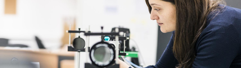 Fotografia dona treballant amb un sincrotró