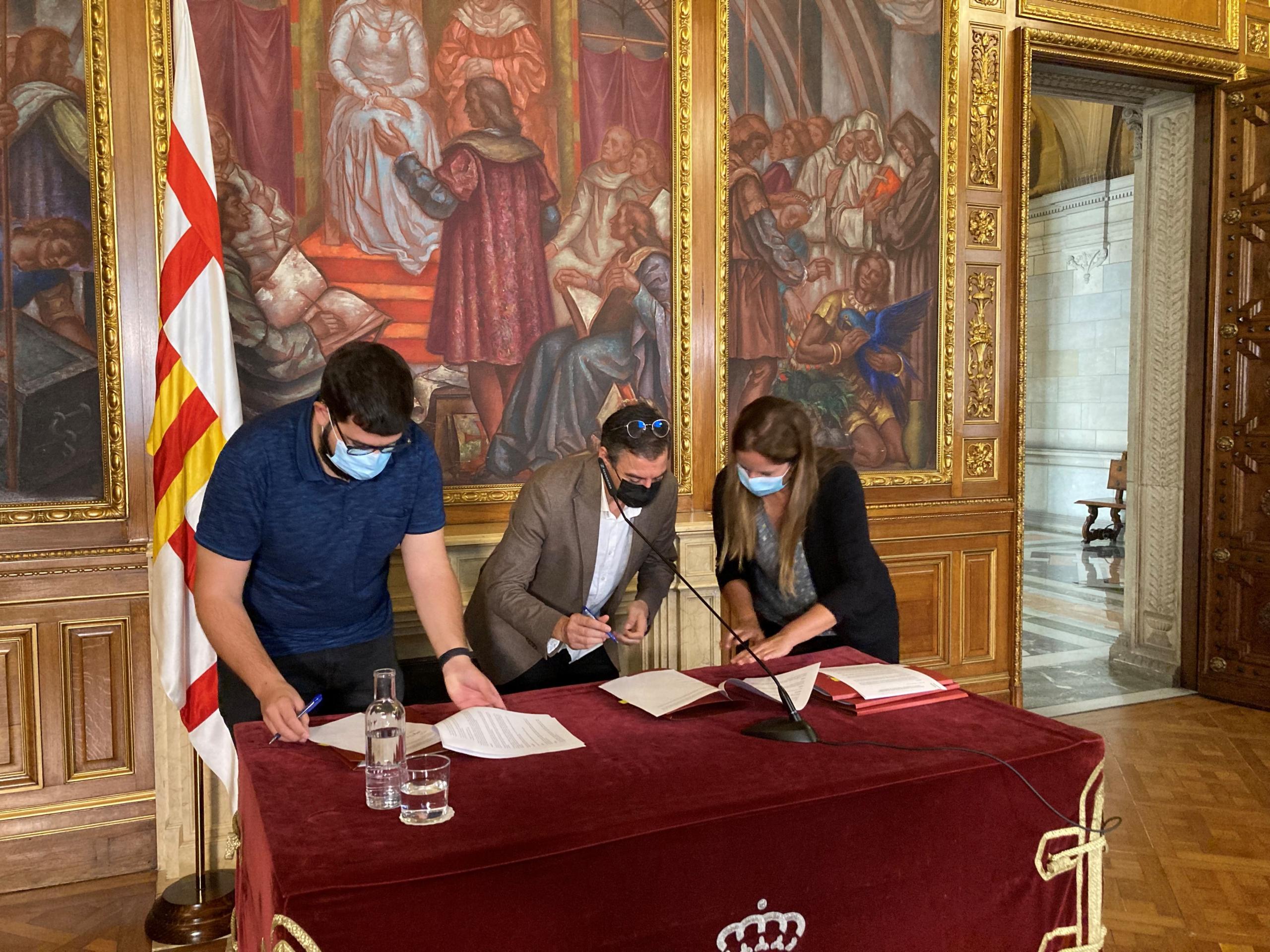 El director de Blue Globe Media, Francesc Castanyer, durant el moment de la signatura a la Sala Ciutat de l'Ajuntament de Barcelona